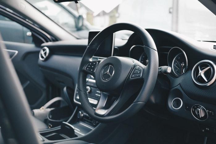 Interior mobil, tips merawat mobil rental sumber unsplash