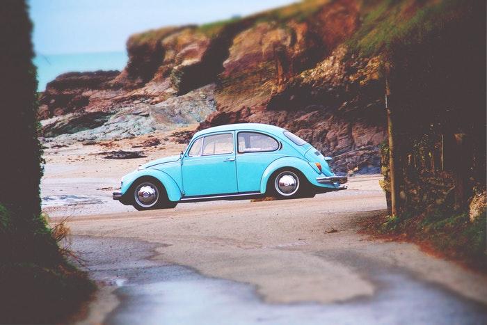 Ilustrasi mobil rental di tempat wisata, sumber unsplash