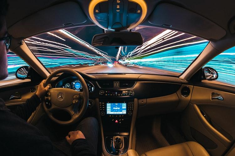 Ilustrasi Keunggulan Sewa Mobil Dibandingkan Dengan Taxi Online, sumber unsplash