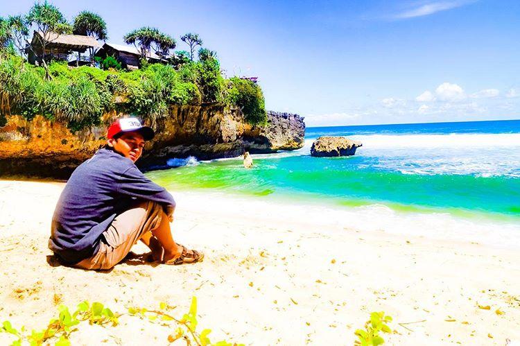 Orang di pantai Watu Kodok, sumber ig achmad.a_