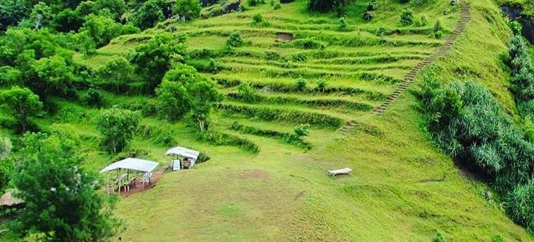 Keindahan Hijaunya Pantai Bukit Padang Pengilon di Balong Gunung Kidul