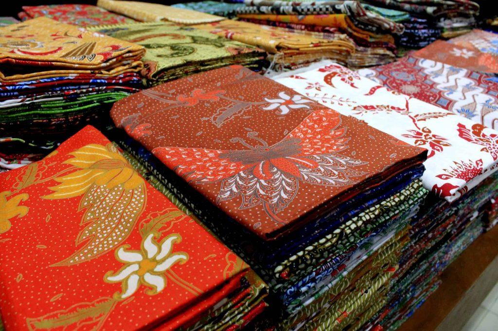 Berbagai jenis warna perlu diperhatikan dalam memilih batik jogja.