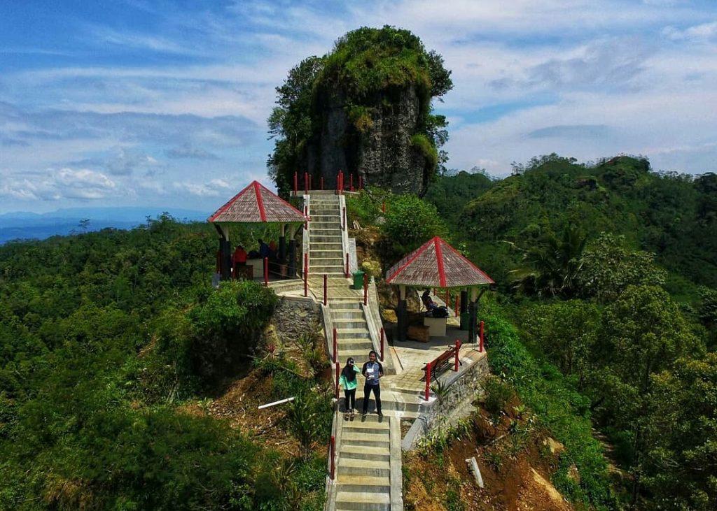 Gambar Gardu Pandang menjadi fasilitas di Kebun Teh Nglinggo, Sumber: www.dakatour.com